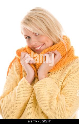 Porträt von lächelnden herbstlichen Mädchen tragen wolligen Schal und Pulli - Stockfoto
