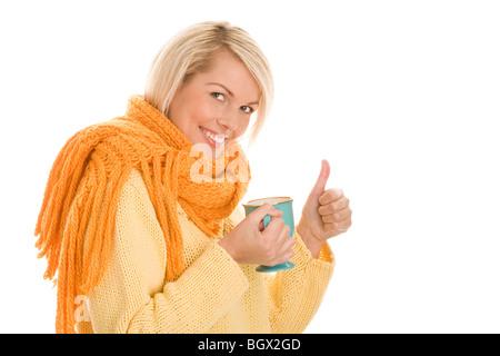 Ziemlich herbstliche Frau hält Becher mit heißen Getränk geben Daumen nach oben isoliert auf weißem Hintergrund - Stockfoto