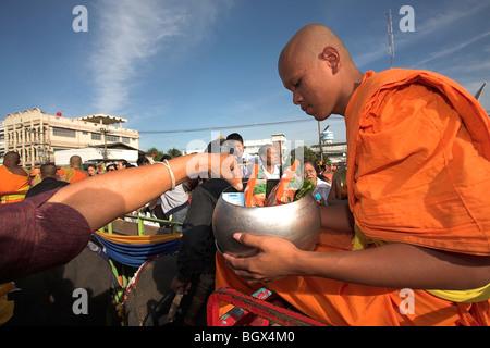 Buddhistischer Mönch auf Elefanten bekommen Angebote von Masse - Stockfoto
