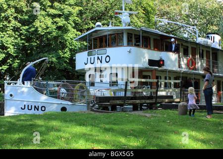 Die alte Fahrgastschiff M/S Juno, IMO 8634132, vorbei an Göta-Kanal, Schweden. - Stockfoto
