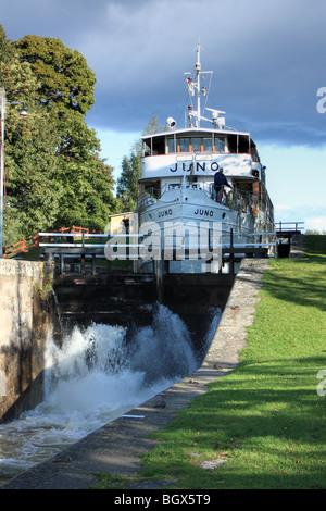 Die alten Fahrgastschiff M/S Juno IMO 8634132, vorbei an Schloss der Göta Kanal, Schweden. - Stockfoto
