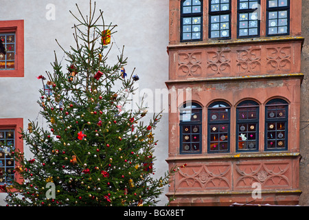 Weihnachtsbaum und verzierte Fenster eines Gebäudes auf dem Gelände der Burg Ronneburg (Burgmuseum), Burg Ronneburg, - Stockfoto