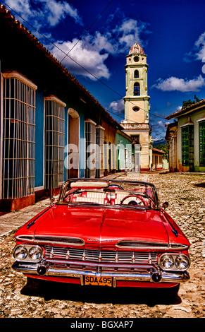 Klassische rote 1959 schönen Chevy Cabrio auf Kopfsteinpflaster von Trinidad Kuba ein altes koloniales Dorf - Stockfoto