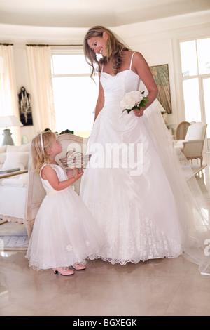 Braut mit jungen Mädchen mit Blumen - Stockfoto