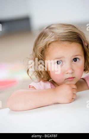 junges Mädchen auf Betrachter Stirnrunzeln - Stockfoto