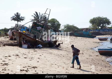Angelboote/Fischerboote am Strand von Catembe, Maputo, Mosambik - Stockfoto