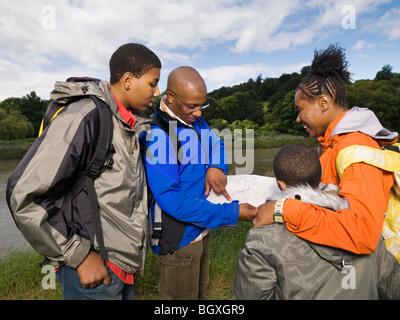 Familie Wandern, Blick auf Karte - Stockfoto