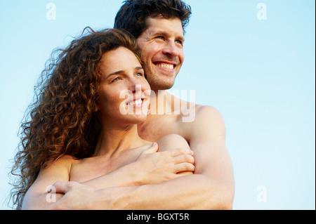 Paar auf der Suche in die gleiche Richtung - Stockfoto