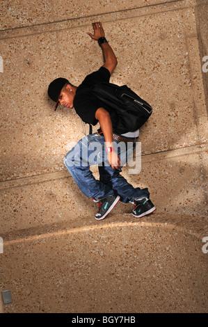 Afrikanische amerikanische Hip-Hop-Mann auf der Mauer - Stockfoto