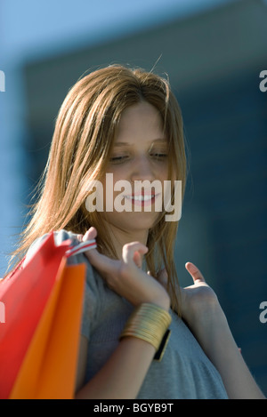 Junge Frau mit shopping bag, Porträt - Stockfoto