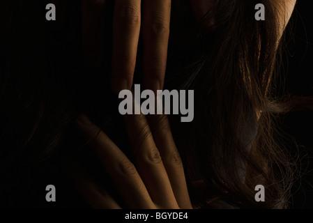 Person mit Fingern durch das Haar, Nahaufnahme - Stockfoto