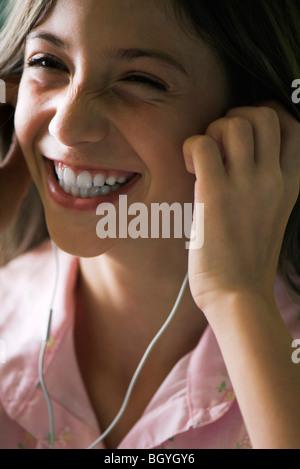 Weiblich, Musikhören mit Kopfhörer, Lächeln - Stockfoto