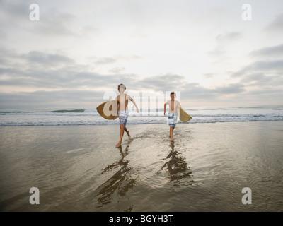 Jungen mit Surfbrettern - Stockfoto
