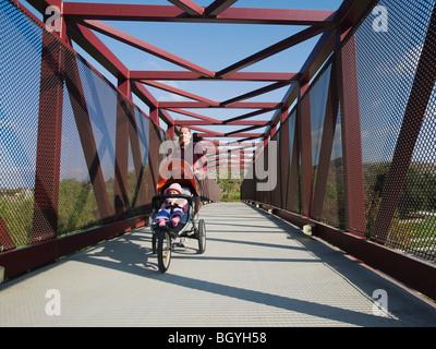 Frau mit Kinderwagen Joggen - Stockfoto