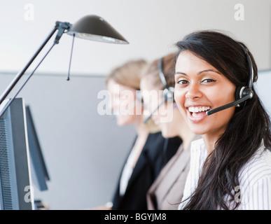 Frau trägt Kopfhörer - Stockfoto