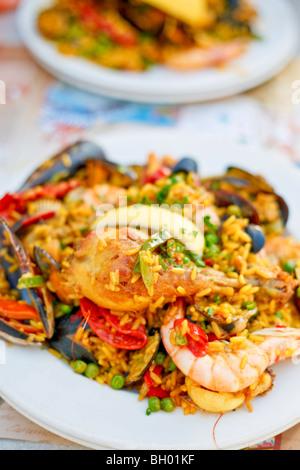 Schöne und leckere Paella in einem weißen Teller. Selektiven Fokus. - Stockfoto