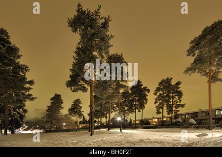 Winternacht in einem Stockholmer Vorort. - Stockfoto