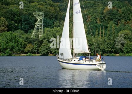 Welle, Turm und Segelboot am See Baldeney, Essen, Ruhr, Ruhrgebiet, Ruhrgebiet, Nord Rhein Westfalen, Deutschland - Stockfoto