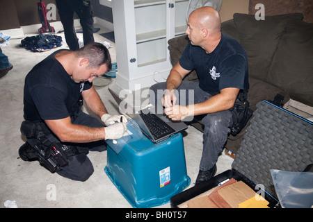 Polizisten aus Straße Drogen Einheit taktischer Trupp auf der Suche nach Drogen, Waffen, Geld usw. in verdächtigen - Stockfoto
