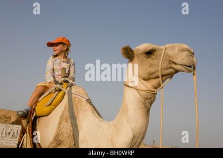 Kind, Mädchen, 5, Reiten ein Kamel in der Wüste von Marsa Alam, Rotes Meer, Ägypten - Stockfoto