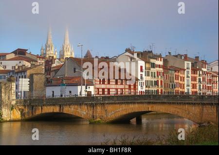 Brücke über den Fluss Nive morgens leicht, Kathedrale und Fachwerk Häuser im Hintergrund, The Way of St. James, - Stockfoto