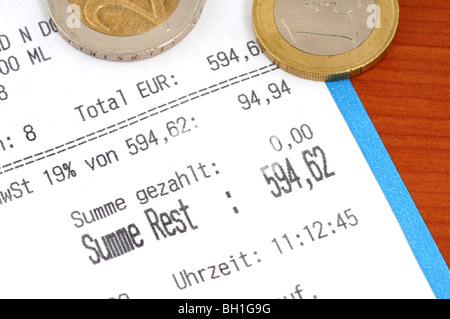 Geldeingang auf einem braunen Tisch Stockfoto, Bild: 28082303 - Alamy
