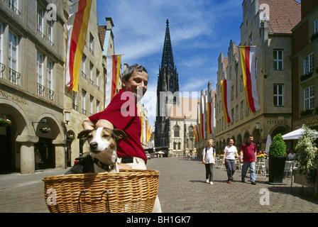 Radfahrer mit Hund, Vordach-Markt, Münster, Münsterland, Nordrhein-Westfalen, Deutschland - Stockfoto