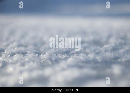Eine Nahaufnahme von Eiskristallen auf der Oberfläche eines Baches. - Stockfoto
