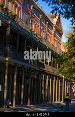 Mann zu Fuß Hund vom oberen Pontalba Gebäude French Quarter New Orleans, Louisiana - Stockfoto