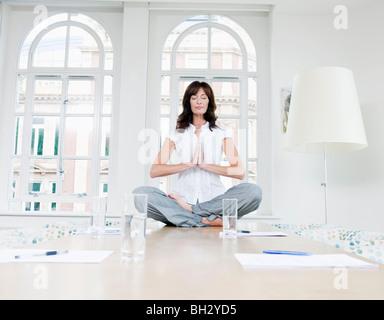 Weiblich, eine Yoga-Pose zu tun - Stockfoto