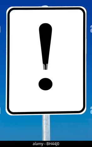 Ein Schild mit einem Ausrufezeichen drauf isoliert auf einem blauen Himmel. - Stockfoto