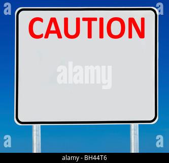 """Ein Schild """"Vorsicht"""" isoliert auf einem abgestuften blauen Himmel. - Stockfoto"""