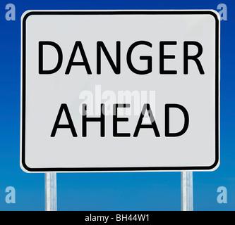 """Eine """"Gefahr voraus"""" Straßenschild isoliert auf einem abgestuften blauen Himmel. - Stockfoto"""