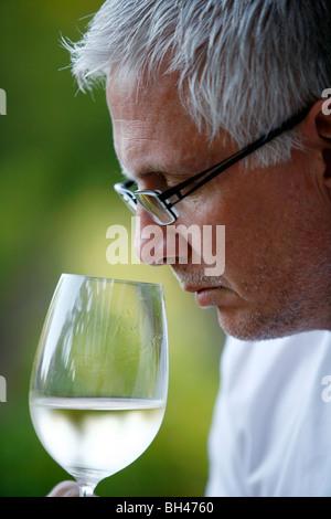 Mann Verkostung Weißwein, Mendoza, Argentinien. - Stockfoto