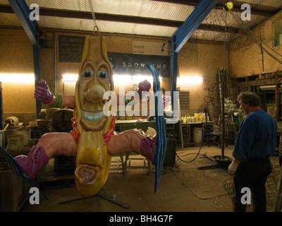 Mann arbeitet auf Ski Banane Figur für die jährliche Karnevalstreiben in Breda, Noord-Brabant, Niederlande - Stockfoto