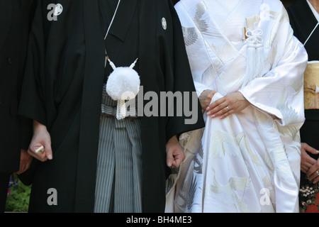 Ein Junge (nicht identifiziert) japanisches Ehepaar heiraten, tragen traditionelle Kimonos in Tokio, Japan - Stockfoto