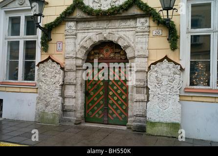 Tallinn 07, verziert, Tür und Tor in der Altstadt, Estland zur Weihnachtszeit - Stockfoto