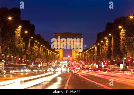 Arc de Triomphe und Champs-Elysées in der Nacht - Stockfoto