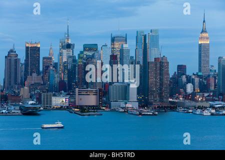 USA, New York City Midtown Manhattan Skyline über Hudson River - Stockfoto