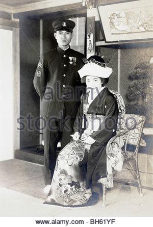 förmliches Porträt des Soldaten und Frau während der Hochzeit 1930s 1940s - Stockfoto