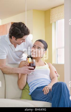 Mann mit Frau einen drink - Stockfoto