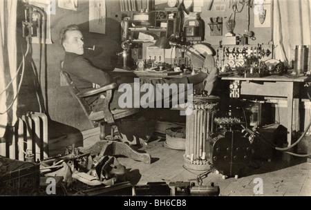 Mechaniker ruht in seinem überfüllten Büro - Stockfoto