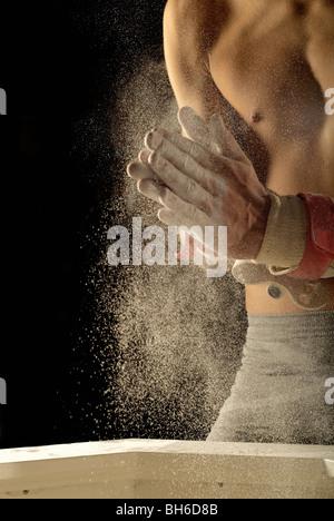 Turnerin klatschenden Händen in Kreide - Stockfoto