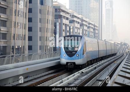 U-Bahn-Zug Ankunft am Bahnhof in Sheikh Zayed Road, Dubai, UAE - Stockfoto