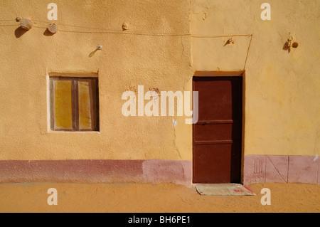 Ein kleines Buntes Haus in der Sahara Dorf Balat in der westlichen Wüste der Sahara, Dakhla Oase, neue Tal Governorate, - Stockfoto