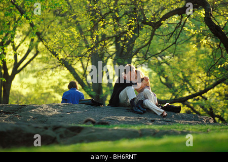 LIEBHABER UNTER DEN BÄUMEN IM CENTRAL PARK, MANHATTAN, NEW YORK, USA - Stockfoto