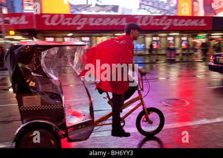 USA, New York City, Manhattan, Times Square, Neonlichter an einem regnerischen Abend - Stockfoto