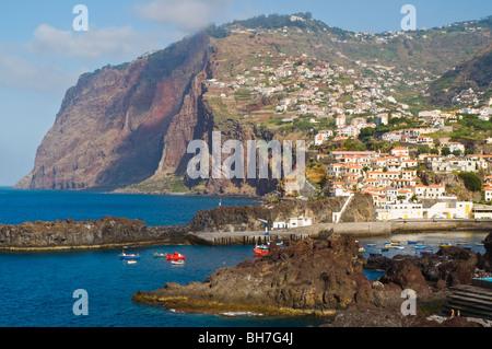500 m (1600 ft) Klippen ragen hinter dem Hafen und Dorf von Camara de Lobos in der Nähe von Funchal, Madeira - Stockfoto