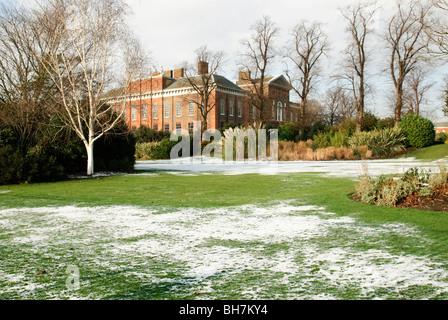 Tief verschneiten Garten in Kensington Palace Gardens neben Hyde Park London