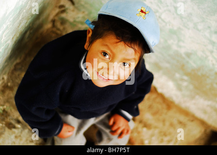 Ecuador, Latacunga, erhöhten Blick eines niedlichen kleinen Jungen mit einer Mütze - Stockfoto